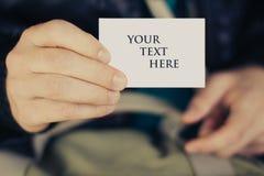 Homem que prende a etiqueta ou o Tag do papel em branco Fotografia de Stock Royalty Free