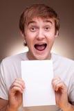 Homem que prende a folha em branco Fotografia de Stock