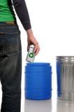 Homem que prende a lata de alumínio Fotos de Stock Royalty Free