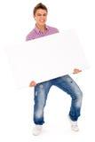 Homem que prende o quadro de avisos em branco Fotos de Stock