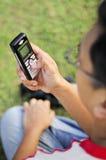 Homem que prende o telefone móvel Fotografia de Stock