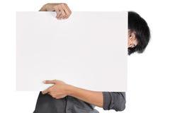 Homem que prende a placa branca Foto de Stock Royalty Free