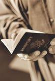 Homem que prende um passaporte de Estados Unidos Imagens de Stock