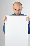 Homem que prende um sinal em branco foto de stock royalty free