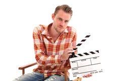 Homem que prende uma ardósia da película foto de stock