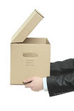 Homem que prende uma caixa de papel Imagens de Stock