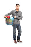 Homem que prende uma cesta de lavanderia Imagem de Stock Royalty Free