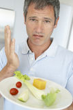 Homem que prende uma placa do alimento fresco e saudável fotografia de stock