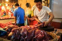 Homem que prepara a carne para a venda imagens de stock royalty free