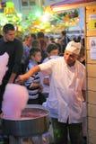 Homem que prepara doces de algodão Fotografia de Stock