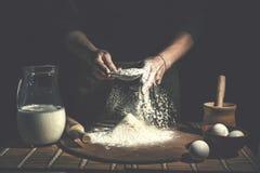 Homem que prepara a massa de pão na tabela de madeira em um fim da padaria acima Preparação do pão da Páscoa fotos de stock