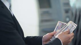 Homem que prepara o iene japonês da troca na dependência bancária, salário na divisa estrageira filme