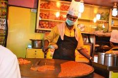 Homem que prepara o indiano Pav Bhaji na praia de Juhu Fotografia de Stock Royalty Free
