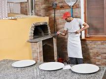Homem que prepara a pizza Fotos de Stock Royalty Free
