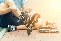 Homem que prepara-se para o blading do rolo, Fotografia de Stock Royalty Free