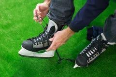 Homem que prepara-se para a patinagem no gelo Foto de Stock Royalty Free