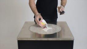 Homem que prepara a sobremesa grampo O cozinheiro chefe prepara uma sobremesa deliciosa baseada no leite fotografia de stock royalty free