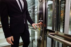 Homem que pressiona o botão do elevador o dedo pressiona o botão do elevador fotografia de stock royalty free