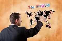 Homem que pressiona um mapa digital foto de stock royalty free
