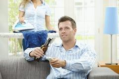 Homem que presta atenção à tevê Fotografia de Stock Royalty Free