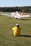 Homem que presta atenção a aviões leves foto de stock