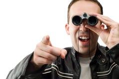 Homem que presta atenção com binóculos Imagem de Stock