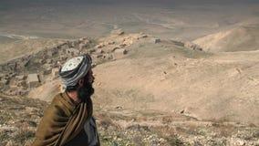 Homem que procura campos novos em Afeganistão do norte imagem de stock royalty free