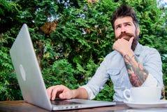 Homem que procura a inspiração Encontre o assunto para escrever Internet surfando do portátil farpado do moderno Diário do journa imagens de stock royalty free