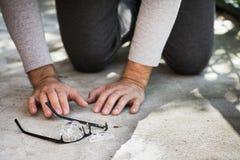 homem que procura uma ruptura e uns vidros perdidos Imagem de Stock Royalty Free