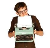 Homem que puxa o papel de um vintage Typerwriter Imagens de Stock