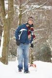 Homem que puxa o Sledge com a paisagem do inverno Fotografia de Stock Royalty Free