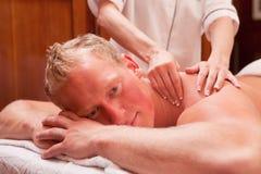 Homem que recebe uma massagem Imagem de Stock