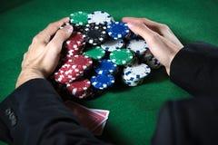 Homem que recolhe microplaquetas do casino Imagem de Stock