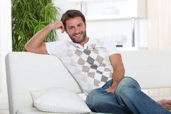 Homem que relaxa em casa foto de stock