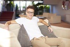 Homem que relaxa em casa Fotografia de Stock Royalty Free