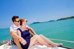 Homem que relaxa em um barco fotografia de stock