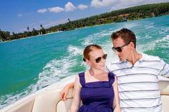 Homem que relaxa em um barco foto de stock royalty free