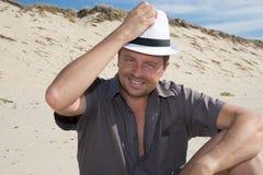 Homem que relaxa na praia Imagens de Stock Royalty Free
