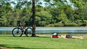 Homem que relaxa no parque Fotos de Stock Royalty Free