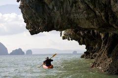 Homem que rema em uma canoa Imagem de Stock