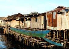 Homem que renova um barco fotografia de stock royalty free