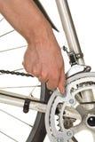 Homem que repara chainring em uma bicicleta Fotografia de Stock