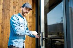 Homem que repara a fechadura da porta foto de stock royalty free