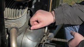 Homem que repara a motocicleta velha filme