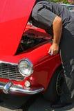 Homem que repara o automóvel Fotos de Stock Royalty Free