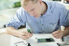 Homem que repara o computador Foto de Stock