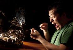 Homem que repara o computador no incêndio Imagem de Stock Royalty Free