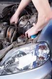 Homem que repara o motor de automóveis Fotografia de Stock Royalty Free