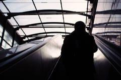 Homem que retira a estação de metro foto de stock