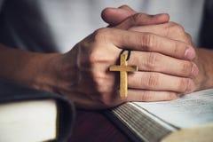 Homem que reza ao deus com uma Bíblia na devoção da manhã imagens de stock royalty free